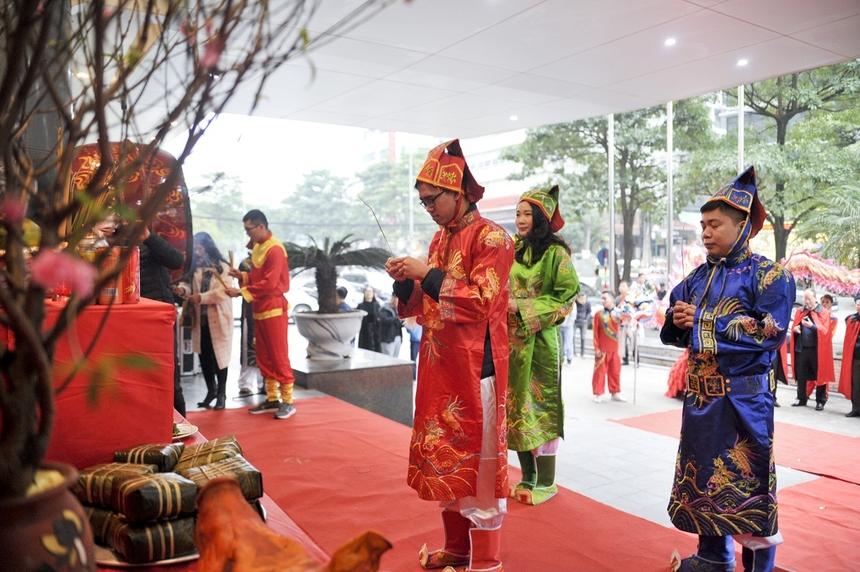 Tam khôi FPT 2019 gồm Trạng nguyên - anh Lê Trung (FPT Telecom), Bảng nhãn - anh Cao Văn Việt (FPT Software), Thám hoa - chị Phạm Tuyết Hạnh Hà (FPT Education), dâng hương tế lễ trời đất.