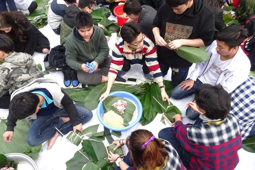 Những chiếc bánh chưng dù chưa được đẹp, chưa gói đúng kỹ thuật nhưng đã ghi nhận sự cố gắng của các em học sinh và sẽ được dùng làm quà Tết cho những người có hoàn cảnh khó khăn.