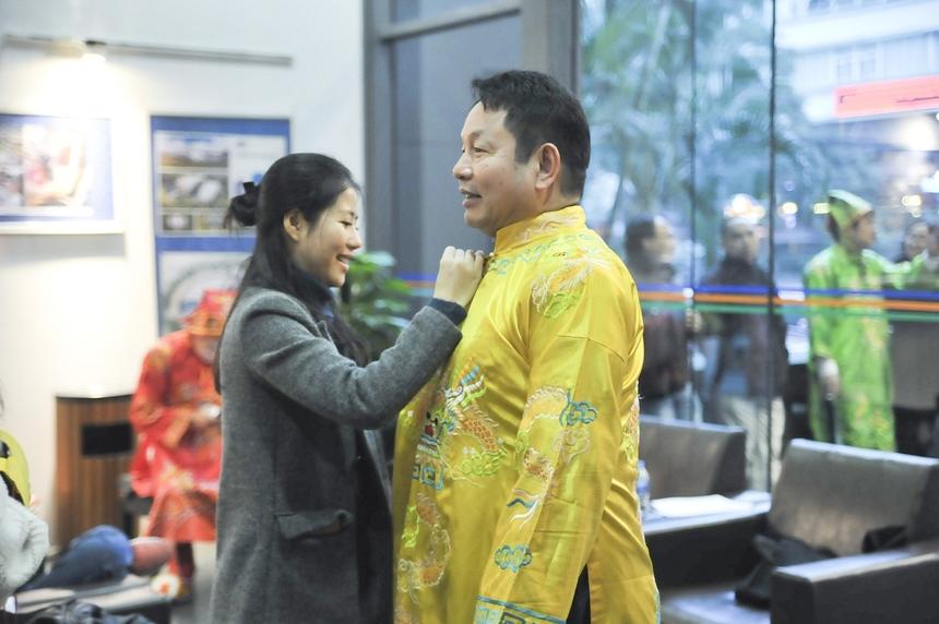 Người đứng đầu nhà F vui vẻ thay trang phục truyền thống. Anh Trương Gia Bình luôn là người dẫn đầu đoàn tế lễ các năm.Xúng xính trong cân đai, mũ mão, các lãnh đạo FPT trò chuyện sôi nổi, ai nấy đều hân hoan, chờ đợi thời khắc thiêng liêng mỗi năm chỉ có một lần.
