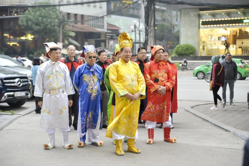 7h50, Chủ tịch FPT Trương Gia Bình cùng những người sáng lập FPT - anh Đỗ Cao Bảo, anh Lê Quang Tiến, anh Lê Trường Tùng và các lãnh đạo đơn vị thành viên đã sẵn sàng trước giờ khởi hành nghi lễ.