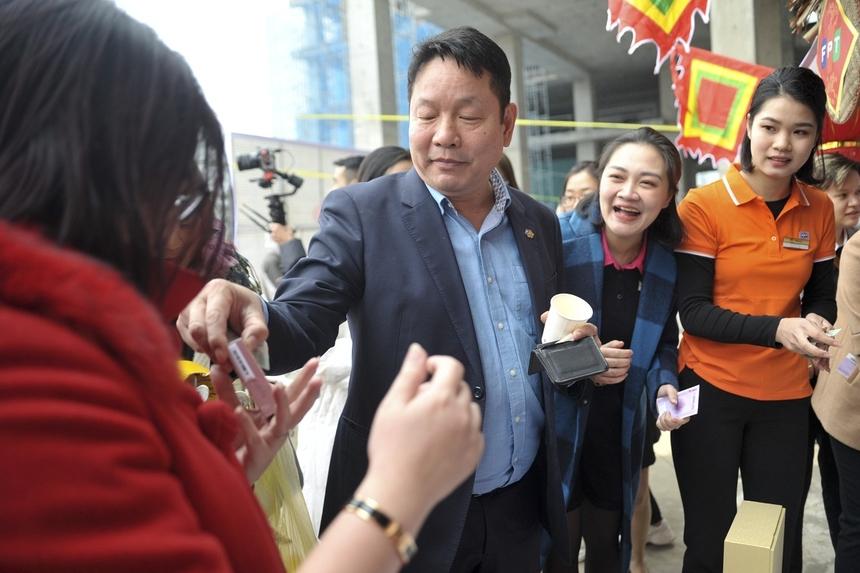 """Đặc biệt, khi ghé thăm gian hàng của FBeauty, Chủ tịch FPT Trương Gia Bình đã rút hầu bao mua một thỏi son. Anh bất ngờ tặng một """"nữ nhân"""" nhà F đang có mặt gần đó. Được người đứng đầu nhà F mở hàng, gian hàng của FBeauty luôn """"nườm nượp"""" trong suốt thời gian diễn ra Hội làng."""
