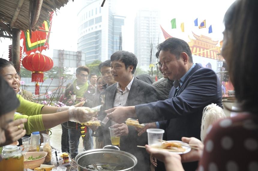 Anh Trương Gia Bình, anh Nguyễn Văn Khoa ghé thăm gian hàng đậm chất Nam bộ của nhà Giáo dục kết hợp cùng nhà Phân phối. Lãnh đạo FPT chọn cho mình bánh bột lọc để thưởng thức.