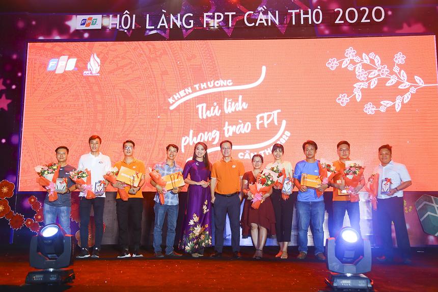 """Trước khi diễn ra đêm văn nghệ Hội làng FTộc, anh Huỳnh Trọng Nguyễn - CEO Synnex FPT Mekong kiêm Trưởng Văn phòng đại diện FPT miền Tây và chị Nguyễn Thị Uyên Thúy - Hiệu trưởng THPT FPT Cần Thơ đã trao tặng danh hiệu """"Thủ lĩnh phong trào FPT"""" cho 6 cán bộ văn hóa phong trào và 6 người hỗ trợ ở các đơn vị, với phần quà là những tai nghe bluetooth và đôi Bitis Hunter."""