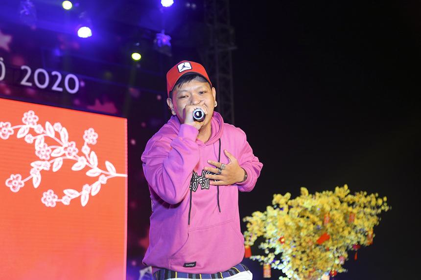"""Rapper Pjpo khuấy đảo sân khấu Hội làng với ca khúc """"Lý cây bông"""" bản remix đã làm nên tên tuổi của anh thời gian qua."""