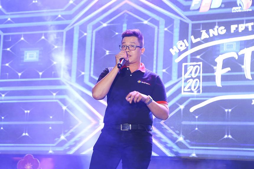 """FPT Retail mang đến sân khấu Hội làng hai tiết mục đơn ca, trong đó đơn ca nam là ca khúc """"Say tình"""" bản remix."""