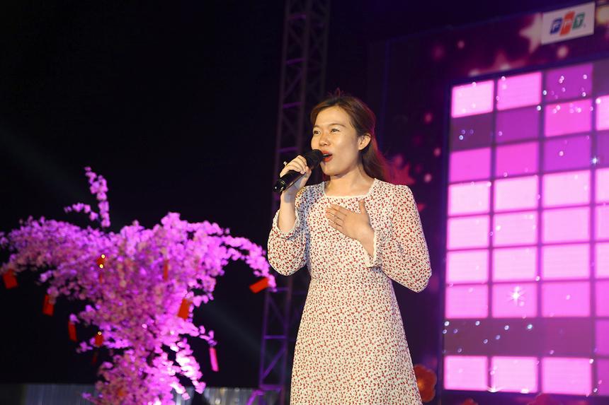 """FPT Retail tiếp tục làm khán giả chú ý với tiết mục đơn ca remix """"Tàu anh qua núi"""" bằng giọng ca đầy truyền cảm, chẳng khác nào giọng ca của NSND Thanh Hoa - người gắn liền tên tuổi với ca khúc này."""