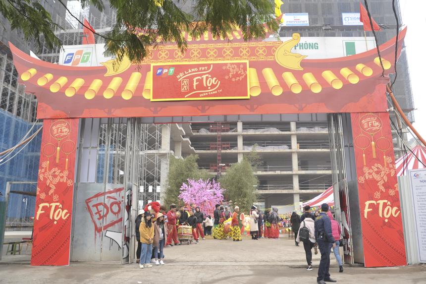 """Sau phần lễ tế trời, lễ tất niên FPT khu vực phía bắc mang chủ đề """"F Tộc"""" bước vào phần hội được tổ chức tại khu vực tòa nhà FPT Tower đang được xây dựng ở đường Phạm Văn Bạch, Cầu Giấy."""