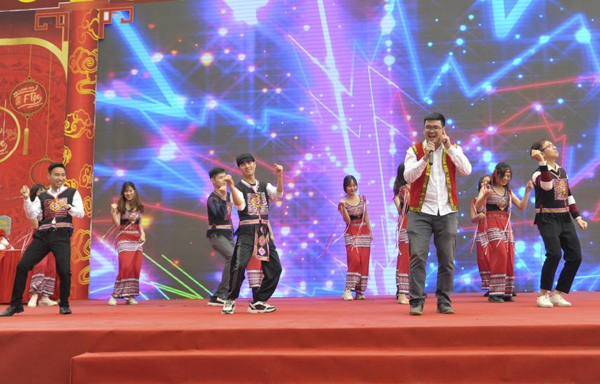 """Trên sân khấu, FPT IS góp vui với phần hát và nhảy """"Chú voi con ở Bản Đôn"""" remix."""