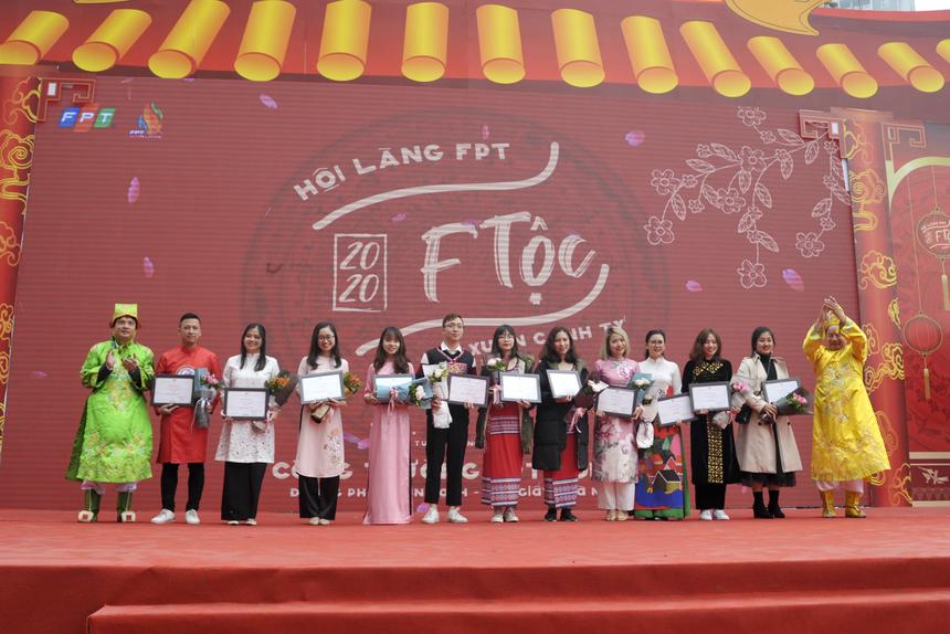 Chủ tịch Trương Gia Bình và TGĐ Nguyễn Văn Khoa trao giải Chim vàng, Ong vàng ưu tú cho các cá nhân xuất sắc đã có nhiều đóng góp vượt trội trong hoạt động phong trào cho FPT năm qua.