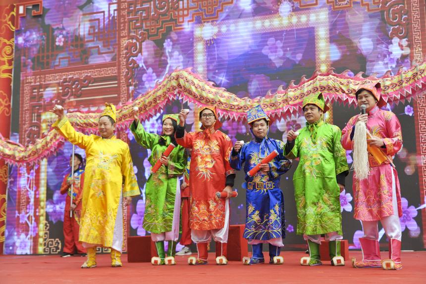 Trưởng làng cùng Tam khôi nâng chén khai hội.