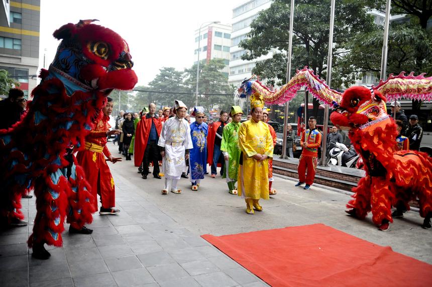 Ngày 20/1 (tức 26/12 âm lịch), lãnh đạo tập đoàn và các công ty thành viên cùng người FPT đã có mặt tại sảnh tòa nhà FPT Cầu Giấy, Hà Nội, để tham gia lễ tế trời đất trước khi bắt đầu Hội làng FPT 2020.