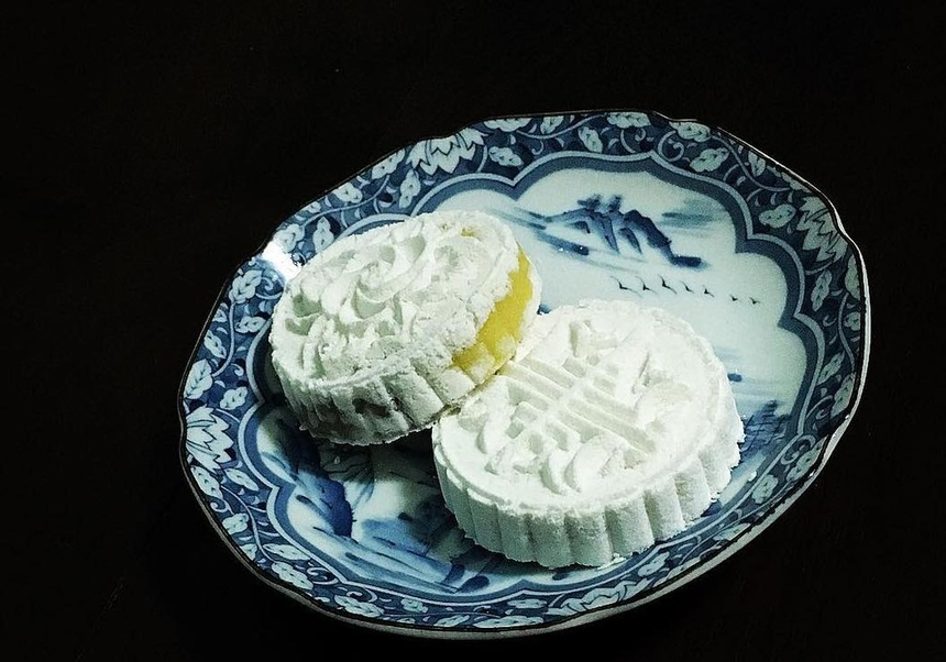 Bánh cộ, còn gọi là bánh in, là một trong những đặc sản xứ Huế. Không khí Tết cổ truyền tại Huế luôn mang đập nét ẩm thực và sự hiện diện của bánh cộ nhiều màu sắc là dấu hiệu nhận biết đầu tiên. Người Huế thường dùng bánh cộ kèm những ly trà nóng để thưởng thức trọn vị thanh, thơm ngọt của bánh. Ảnh: Daisynguyen.
