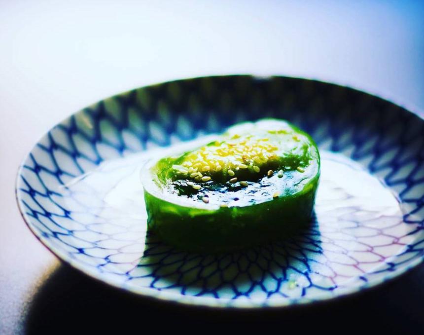 Bánh phu thê, đặc sản của Bắc Ninh không chỉ góp mặt trong các dịp cưới hỏi mà luôn hiện diện trong các dịp lễ, tết quan trọng. Món bánh này mang ý nghĩa tượng trưng cho lòng thuỷ chung son sắt của các cặp vợ chồng. Phần bột mỏng ôm trọn nhân đậu xanh bên trong thể hiện sự ôm ấp, chở che ấm áp của tình nghĩa vợ chồng. Ảnh: Sonyandoan.