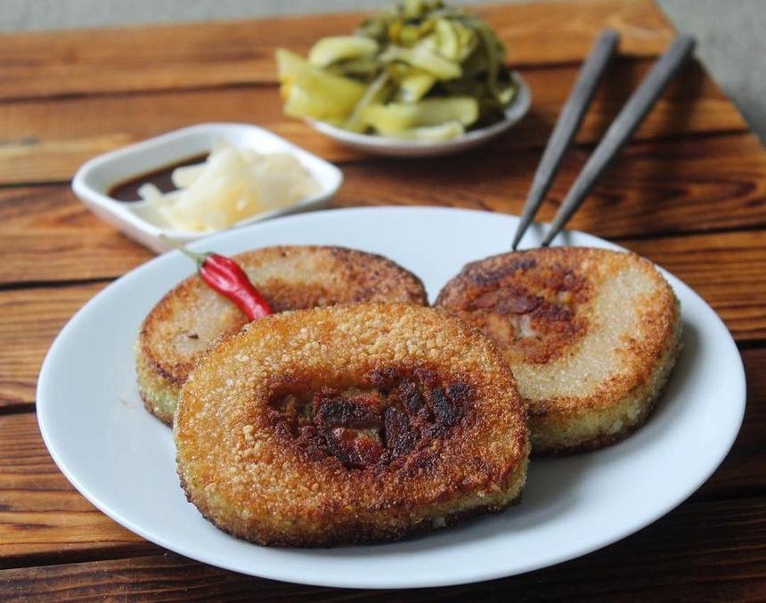Sự hiện diện của bánh tét những dịp lễ quan trọng cũng là lời nhắc nhở công ơn sinh thành của cha mẹ ngày đầu năm. Như vậy, mỗi người con Việt Nam luôn biết hiếu thảo, nhớ đến công ơn cha mẹ. Người miền Nam thường ăn bánh tét kèm dưa góp và các loại rau chống ngấy. Ảnh: Theblogofsalt.