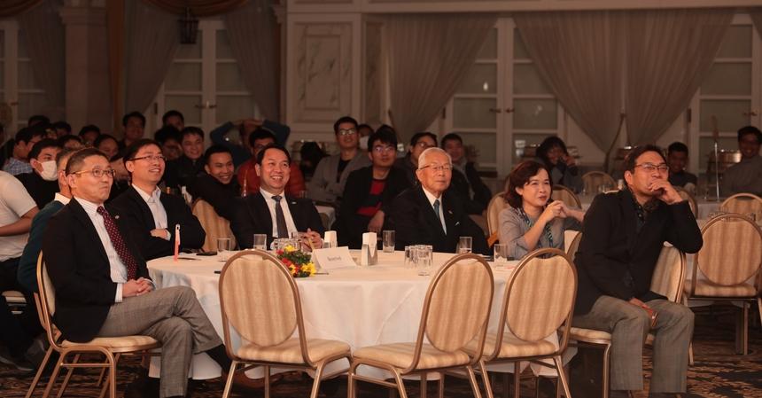Các diễn viên không chuyên FPT Japan diễn tự nhiên, chủ động dẫn dắt người xem cuốn vào các tình tiết đắt của vở kịch
