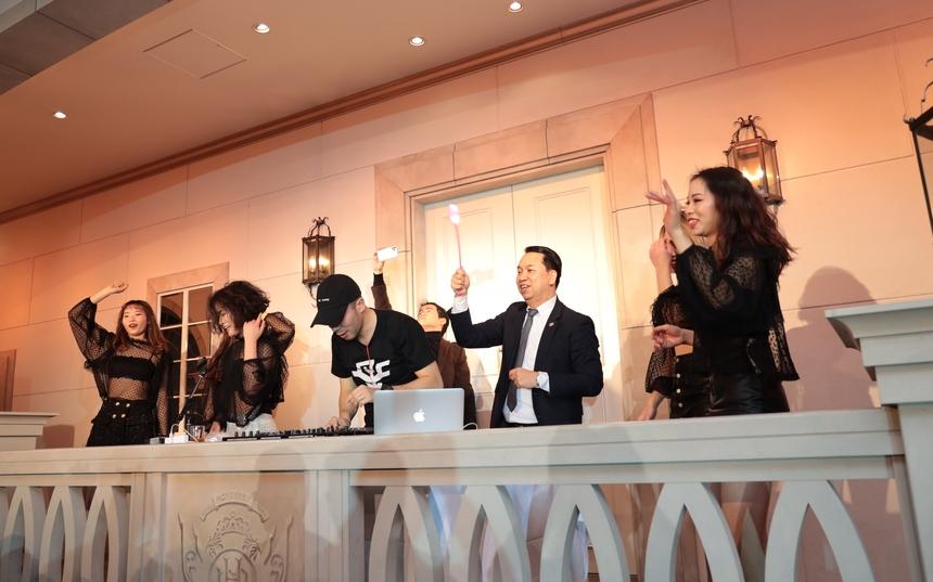 Phần tiệc DJ Đình Trung (FPT Japan) khiến không khí của buổi lễ trở nên bùng cháy.