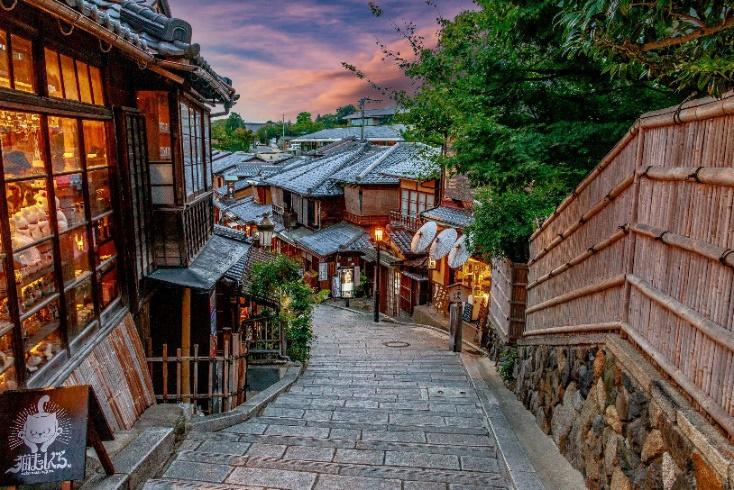 Dốc phố Ninenzaka ở Kyoto – Nhật Bản trong ráng chiều, với kiến trúc cổ kính và cửa hàng ấm áp ánh đèn khiến bạn liên tưởng đến những thước phim anime đặc trưng của xứ hoa anh đào. Ảnh: Vũ Văn Lâm
