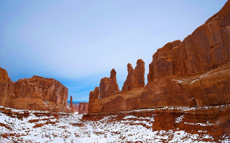 Vườn quốc gia Arches phía Tây nước Mỹ. Ảnh được anh Đông Nguyên chụp lại nhân nghỉ đông khi cùng đồng nghiệp lái xe từ Denver sang The Arches. Trong ảnh là Park Avenue vào lúc tầm 10 giờ sáng với khung cảnh cực kỳ hùng vĩ, tráng lệ.