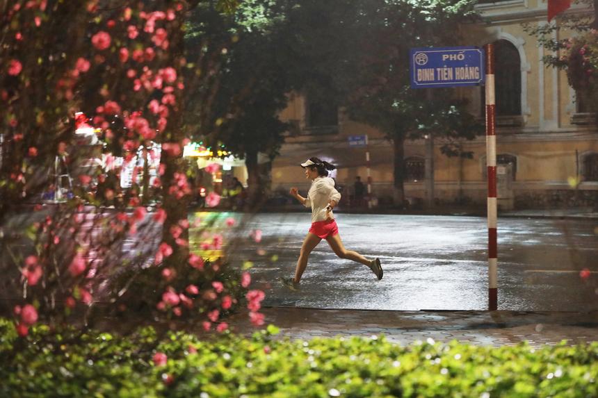 Nữ runner 29 tuổi chạy một vòng quanh Bờ Hồ trên cung đường mà các vận động viên của giải sẽ đi qua đêm 7, rạng sáng 8/3, mặc cho cái lạnh 15 độ của những ngày Xuân Canh Tý.