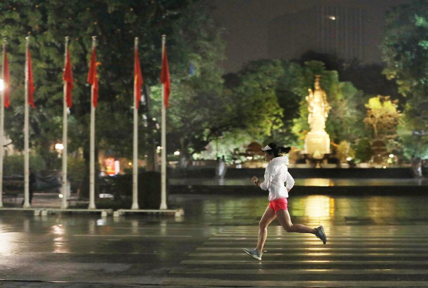 """Giải chạy đêm VnExpress Marathon Hanoi Midnight mang đến cho runner và người thân một cái nhìn khác lạ về thủ đô khi đêm về với những con đường vắng bóng xe cộ và rực sáng ánh đèn.Đó cũng là lý do giải lấy slogan """"Run to the light"""", với nhiều điểm check-in ánh sáng để runner và người tham gia có những bức ảnh đẹp, lung linh tại sự kiện."""