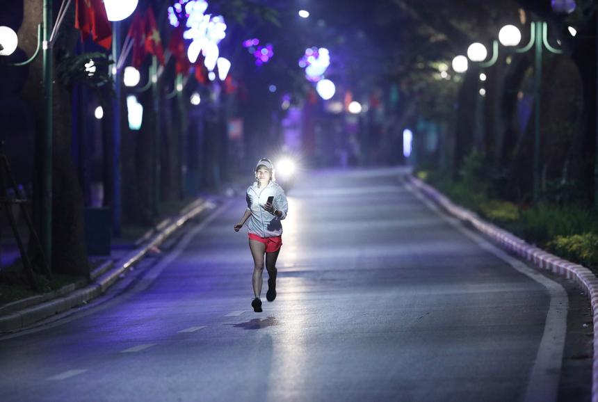 Mới đây, Công ty Cổ phần Vận tải Đường sắt Hà Nội và Công ty Cổ phần Vận tải Đường sắt Sài Gòn cho biết sẽ hỗ trợ các vận động viên của VnExpress Marathon Hanoi Midnight bằng ưu đãi giảm giá vé tàu. Cụ thể, vận động viên và người thân trên cùng chuyến tàu mua vé chiều đi đến Hà Nội từ ngày 4 đến 7/3 và chiều về từ 8 đến 11/3 sẽ được giảm giá 20% cho các loại ghế ngồi, giường nằm.