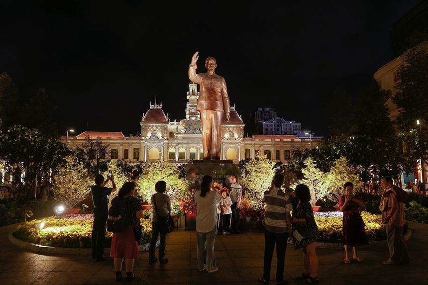 Đường hoa Nguyễn Huệ là điểm hẹn du xuân không thể thiếu đối với người dân thành phố và du khách, thu hút hơn một triệu lượt khách tham quan, thưởng ngoạn vào mỗi dịp Tết.
