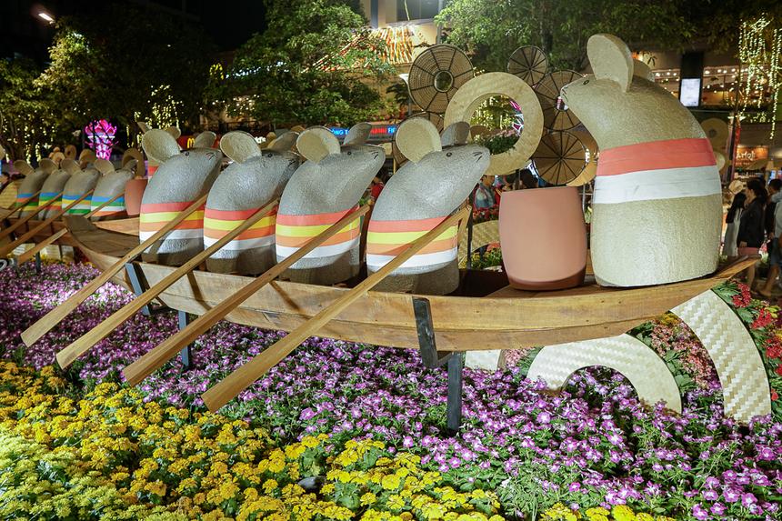 Đại cảnh đàn chuột đua thuyền trên đường hoa. Đây là hình ảnh tái hiện lễ hội đua thuyền tại các vùng sông nước vào mỗi dịp Tết đến Xuân về.