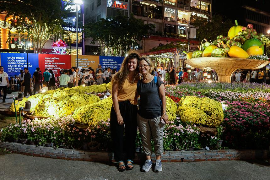 Du khách nước ngoài thích thú với con đường hoa xuân.Theo Ban tổ chức, đường hoa Nguyễn Huệ năm 2020 đã có những sáng tạo mới lạ. Nhiều đại cảnh được làm gọn gàng và đẹp hơn để tạo khoảng trống cho người dân dạo bước du xuân, chụp hình tại đường hoa.