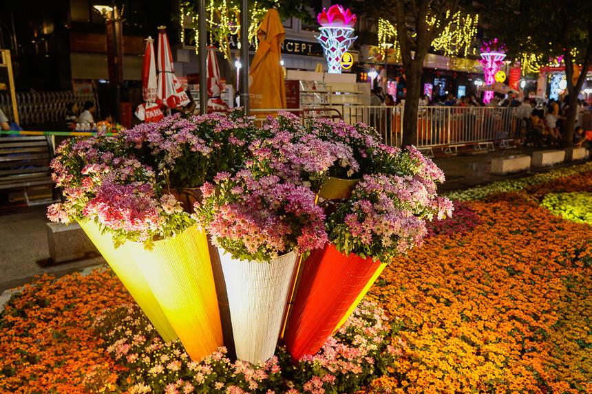 Đường hoa mở cửa phục vụ nhu cầu du xuân, thưởng ngoạn của người dân thành phố, du khách trong nước và quốc tế từ tối 22/1 đến 21h tối 28/1 (tức 28 tháng Chạp đến mùng 4 Tết).