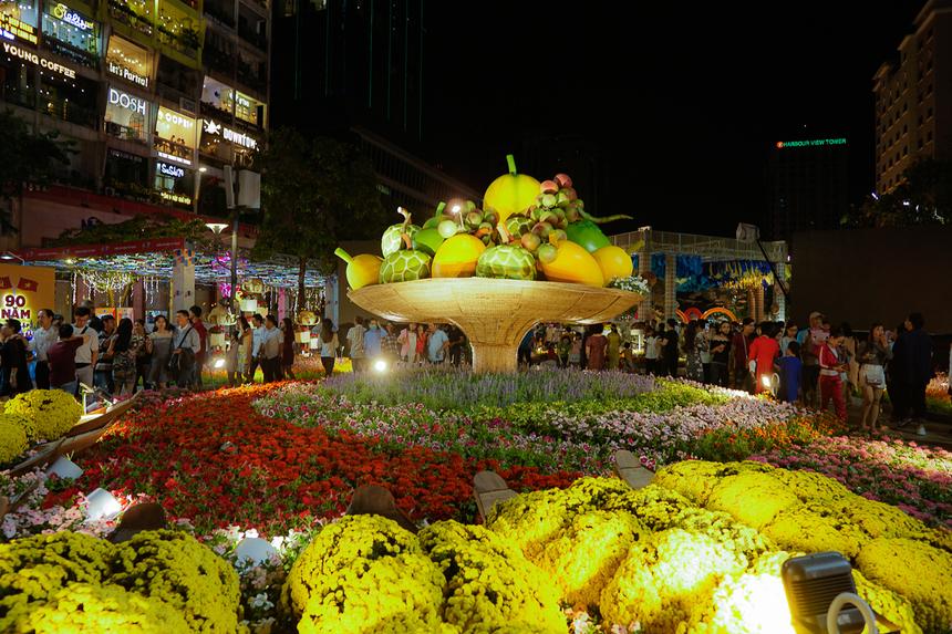 Mâm ngũ quả khổng lồ được trưng bày trang trọng với những chiếc thuyền chở đầy ắp hoa cúc mâm xôi.