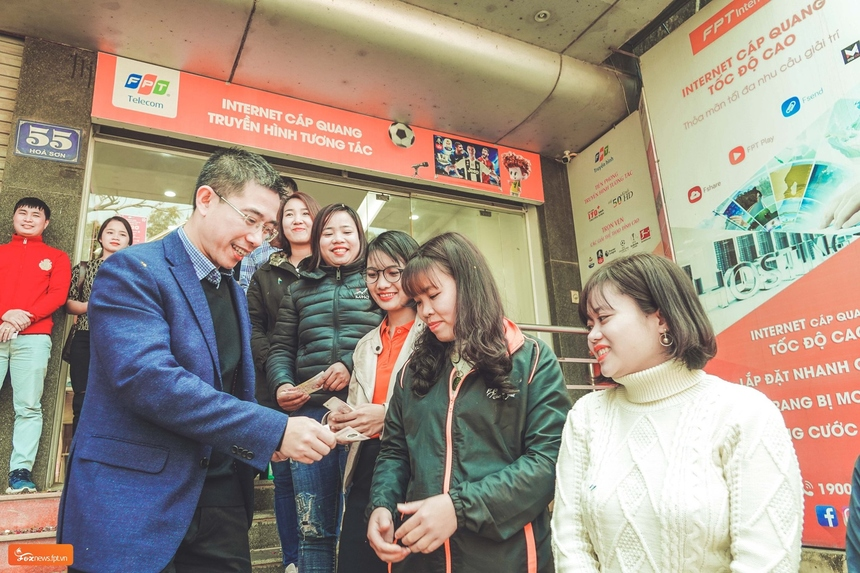 Anh Việt Anh cũng đến thăm văn phòng giao dịch HN10 tại Chương Mỹ để động viên, khuyến khích nhân viên một năm đầy nỗ lực, thành công. Ảnh: FoxNews.