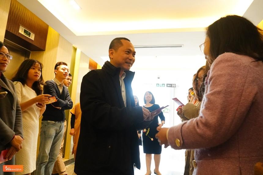 PTGĐ FPT Telecom Hoàng Trung Kiên mừng tuổi đầu xuân cho các CBNV nhà 'Cáo' tại Toà nhà PVI, Cầu Giấy. Ảnh: FoxNews.