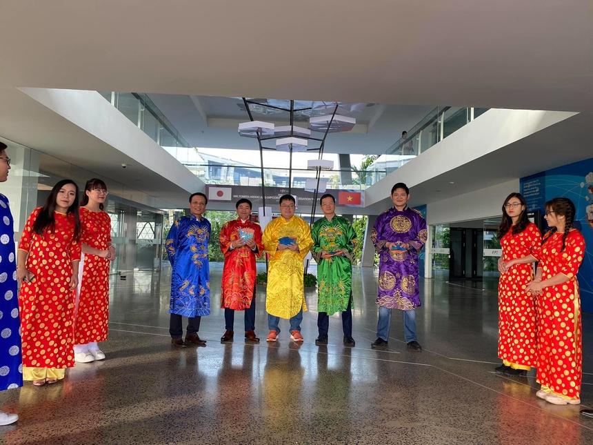 Tại Hoà Lạc, Chủ tịch FPT Software Hoàng Nam Tiến cùng dàn lãnh đạo nhà Phần mềm chuẩn bị trang phục rực rỡ sắc xuân cùng phong bao lì xì may mắn để chúc Tết CBNV.