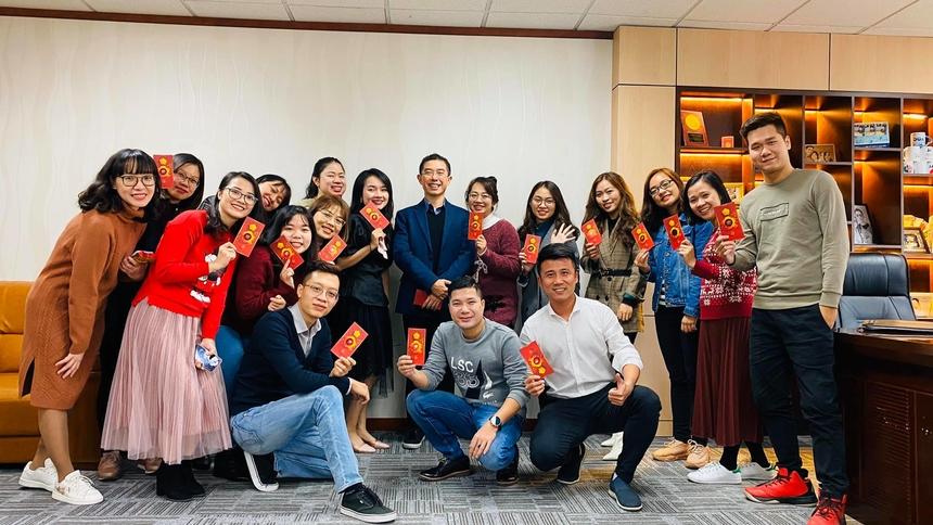 """TGĐ FPT Telecom Hoàng Việt Anh dành nhiều thời gian sáng đầu tiên đi làm của năm mới để chúc Tết các CBNV nhà 'Cáo'. Phong bao lì xì đỏ được mọi người rầm rộ khoe trên facebook cá nhân. Chị Bùi Thị Hà - cán bộ đào tạo FPT Telecom chia sẻ: """"Năm mới nhiều hạnh phúc, niềm vui và không ngừng sáng tạo""""."""