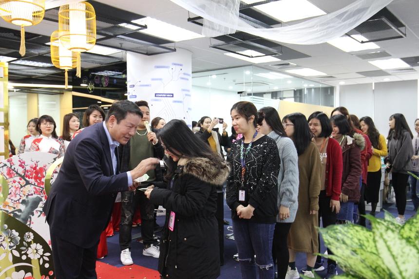 Năm nay, anh Bình tiếp tục đi tour toàn FPT để chúc mừng CBNV nhà F. Trong hình, anh lì xì năm mới cho nhân viên FPT Software tại 17 Duy Tân, Cầu Giấy.