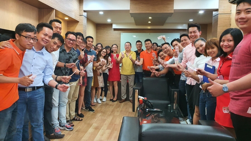 PTGĐ FPT Retail Nguyễn Việt Anh rạng rỡ chúc mừng năm mới các CBNV đơn vị.