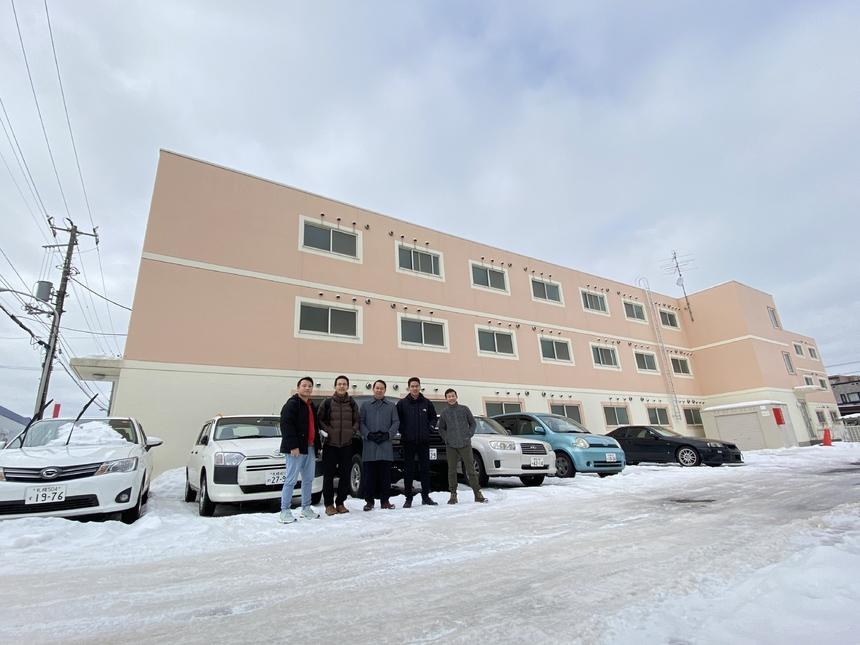 Trước buổi lễ tổng kết, CEO FPT Japanđã tới thăm khu KTX của nhân viên FPT Sapporo. Tại đây, Lãnh đạo công ty lắng nghe và động viên CBNV chi nhánh. Anh Vương cho biết các đề xuất của mọi người sẽ được công ty xem xét và thực hiện.