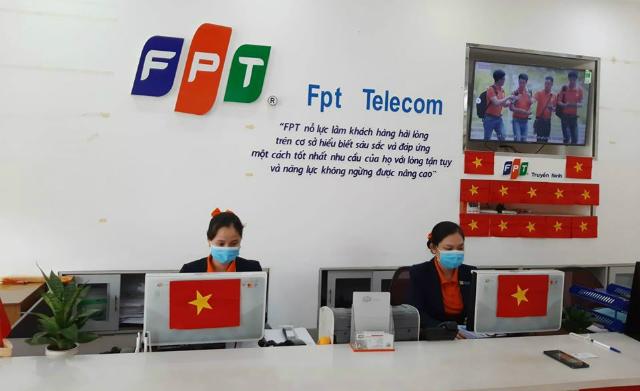 Giao dịch viên của FPT Telecom đeo khẩu trang khi làm việc. Ảnh: FPT Telecom