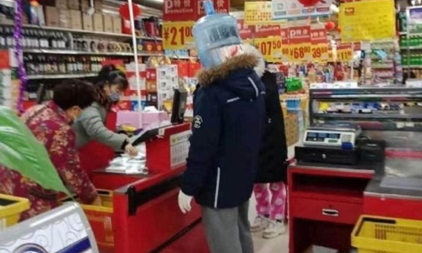 Đội cả bình nước để tránh lây nhiễm khi tới chỗ đông người mua hàng