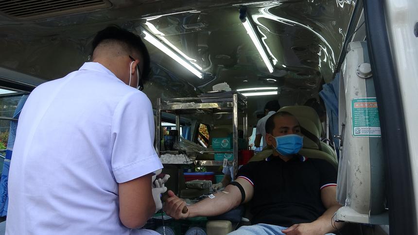 Ngày hội hiến máu FPT lần 83 diễn ra trong bối cảnh lượng máu điều trị bị thiếu hụt trầm trọng do ảnh hưởng lớn trước diễn biến phức tạp của dịch bệnh viêm phổi cấp do chủng mới của virus corona.Tuy nhiên, nhiều người F cho biết không lo lắng khi tham gia hiến máu dịp này.