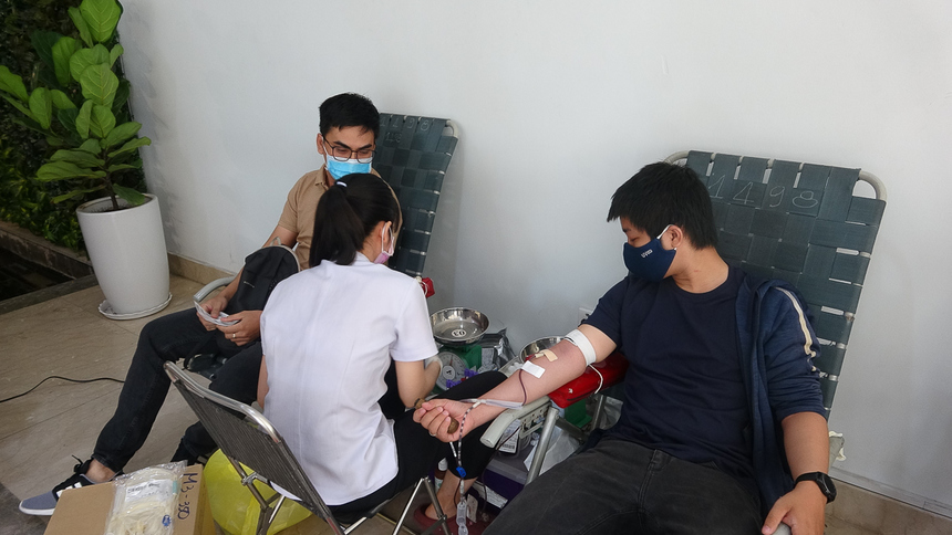 Ngày hội hiến máu nhân đạo thường xuyên được FPT tổ chức với mong muốn nâng cao tinh thần tương thân tương ái, góp phần chia sẻ khó khăn với những hoàn cảnh kém may mắn trong xã hội. Mỗi năm, FPT tặng hàng ngàn đơn vị máu. Trung bình mỗi đợt, người FPT hiến hơn 200 đơn vị máu.