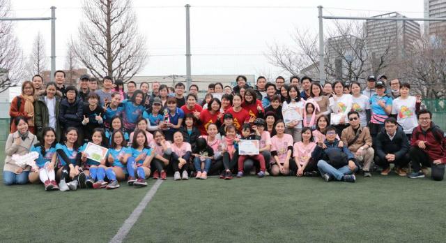 Nữ CBNV FPT tại Nhật Bản đá bóng chào mừng ngày 8/3. Ảnh: Thanh Tùng.