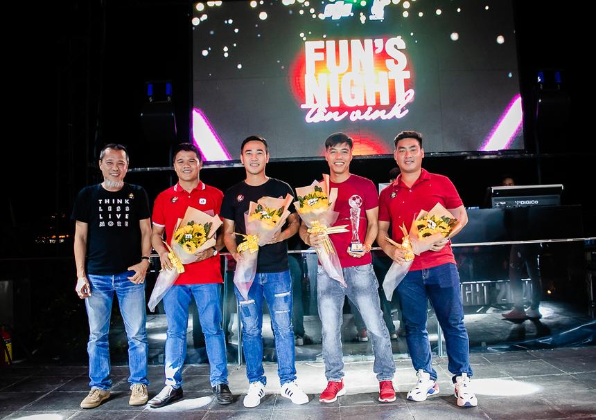 Đội tuyển bóng đá FPT từ lâu đã là cái tên nổi bật trong giới bóng đá HCM. Năm qua, đội đã giành chức vô địch Giải bóng đá Hội tin học HCM 2019 và Á quân giải bóng đá B&T917. Tại FUN's Night 2020, đội trưởng đội bóng đá FPT HCM - anh Nguyễn Đinh Huy cùng các thành viên nổi bật đã nhận cúp lưu niệm từ Ban Văn hóa - Đoàn thể.
