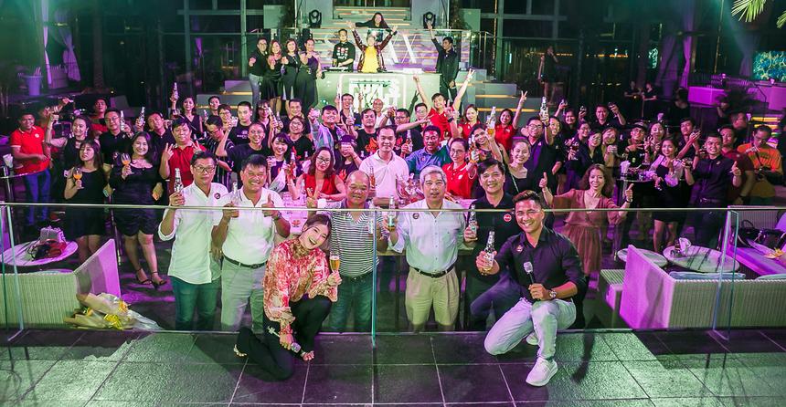 Toàn thể CBNV và khách mời chụp hình lưu niệm.