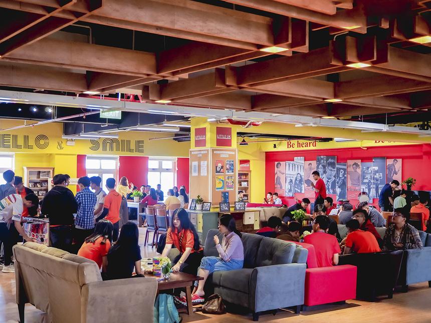 Một trong những điểm đặc biệt của cơ sở mới này là ngay tại trường cũng có một nước Anh thu nhỏ (Litte UK – LUK). Đây là không gian học tập tiếng Anh dành riêng cho sinh viên Đại học FPT. Theo đó, LUK được thiết kế ấn tượng, tạo môi trường học tập cởi mở, thân thiện.