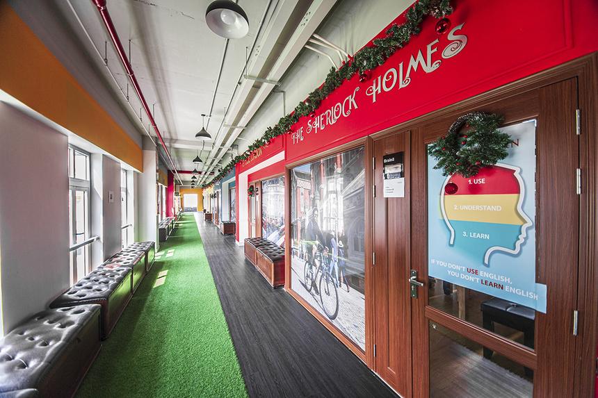 Các hành lang được trang bị nhiều ghế ngồi xịn xò phục vụ cho việc trao đổi học tập của sinh viên trường.