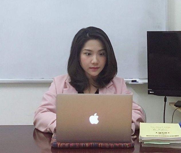 """Khi dịch cúm do virus corona bùng phát, Hoàng Anh cố gắng chuyển tải kiến thức bằng các giờ học online. """"Mình là một trong những sinh viên trong lớp học online của cô. Bên ngoài cô là người hài hước và rất hiền. Tiếng Nhật là môn tương đối khó hiểu, nhưng cô lại có cách dạy khá hiệu quả khi đưa ra nhiều dẫn chứng, minh họa dễ hiểu, dễ học"""", Nguyễn Đức, sinh viên ĐH FPT Hà Nội, chia sẻ."""