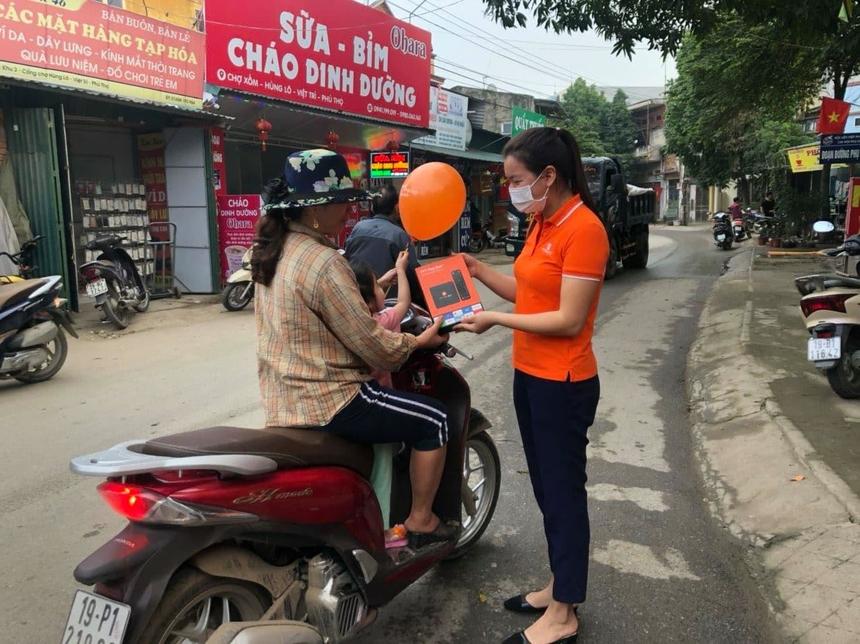 """Tại Phú Thọ, hoạt động quầy lưu động được đẩy mạnh bên cạnh các kênh online. """"Mặc dù online chiếm ưu thế nhưng quầy hàng là phong cách truyền thống nên cần được duy trì"""", chị Lê Thị Hồng Nhung, nhân viên kinh doanh FPT Telecom Phú Thọ, chia sẻ."""