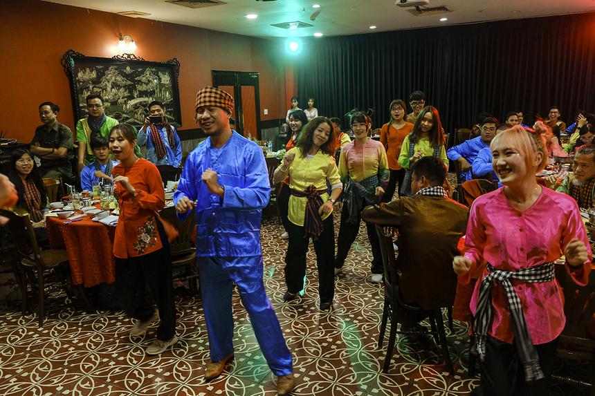 Các khách mời đặc biệt của chương trình như: anh Nguyễn Đức Quỳnh (Chủ tịch FPT Software HCM), chị Vũ Thị Vân Hải (Phó Ban Văn hóa - Đoàn thể) cùng tham gia vào các phần trò chơi.