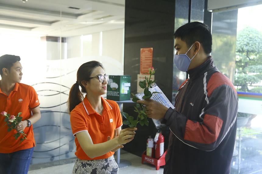 Những bông hồng được trao tặng hoàn toàn miễn phí từ nguồn tiền quyên góp được của các anh chị lãnh đạo các đơn vị đang làm việc ở tòa nhà FPT Tân Thuận 2.